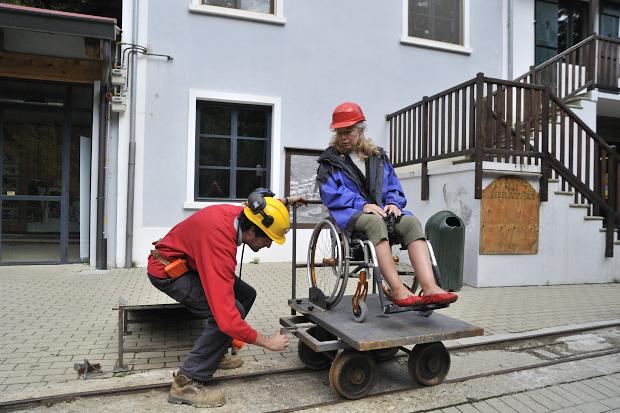 Vacanze Per Disabili: Visita Una Miniera In Carrozzina