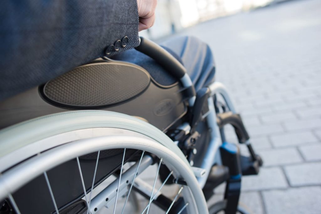 persona su carrozzina a causa di sintomi della distrofia muscolare