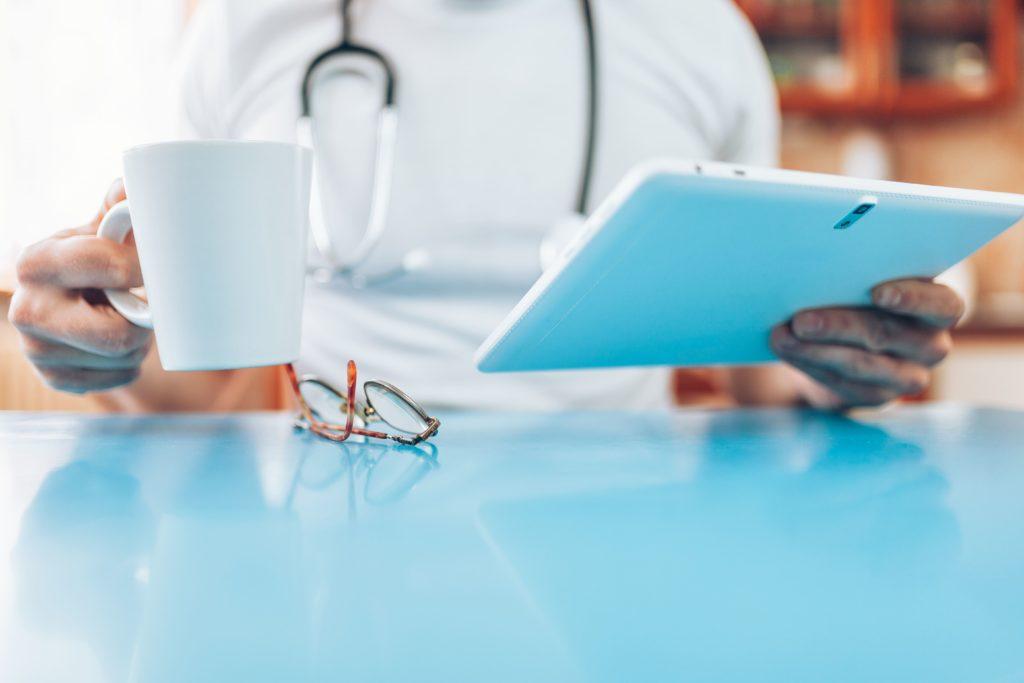medico che controlla SLA sintomi