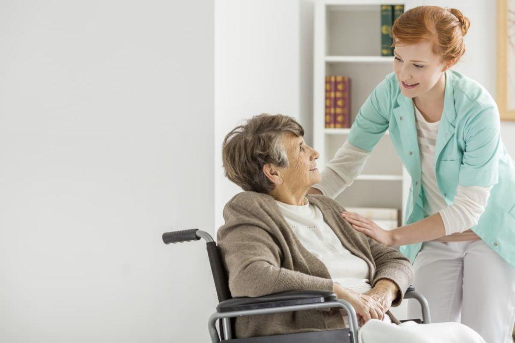 come la legge riconosce il caregiver familiare