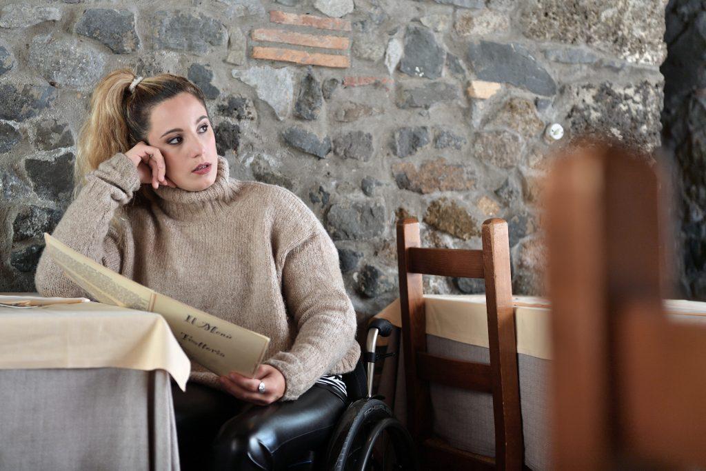 maglione oversize hm e leggins finta pelle calzedonia