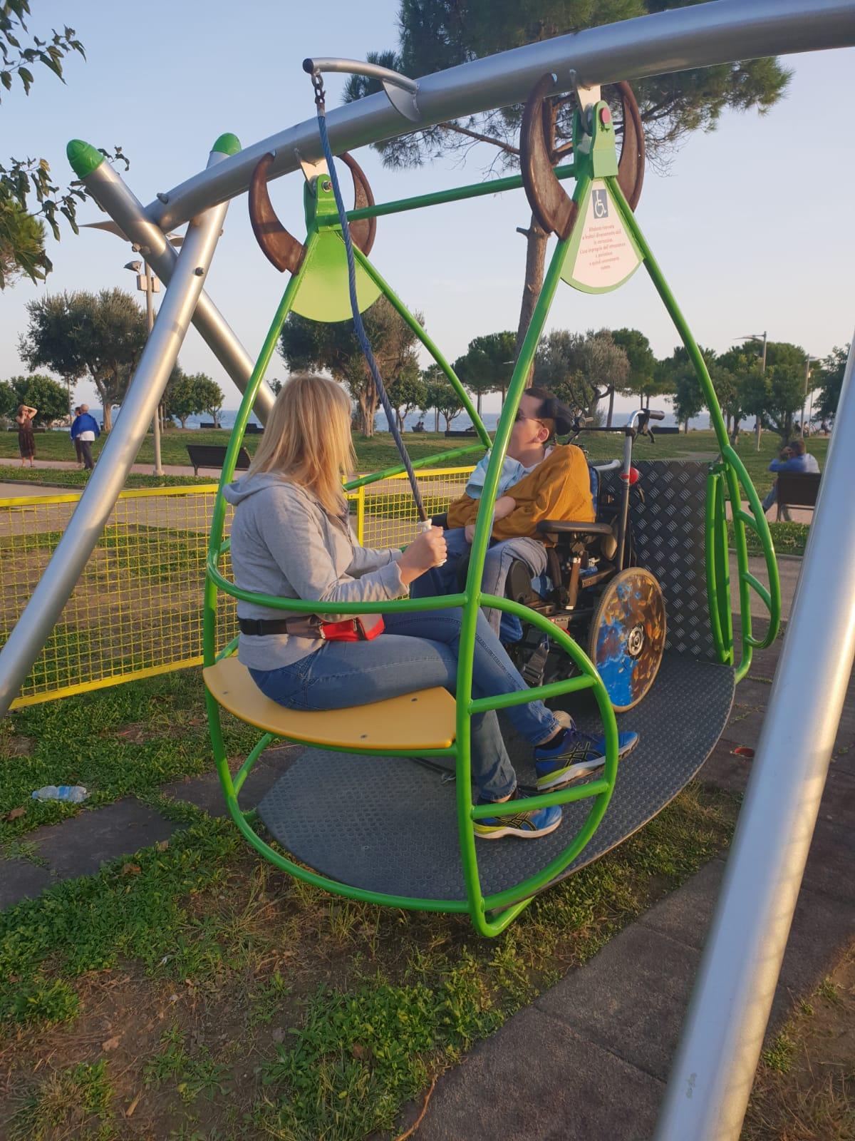 giraffe a rotelle-imperia-giraffe a rotelle imperia-bicicletta per persone con disabilità-altalena per disabili-altalena per disabili imperia-sedia per piscina imperia-sedia per piscina giraffa a rotelle-ability channel