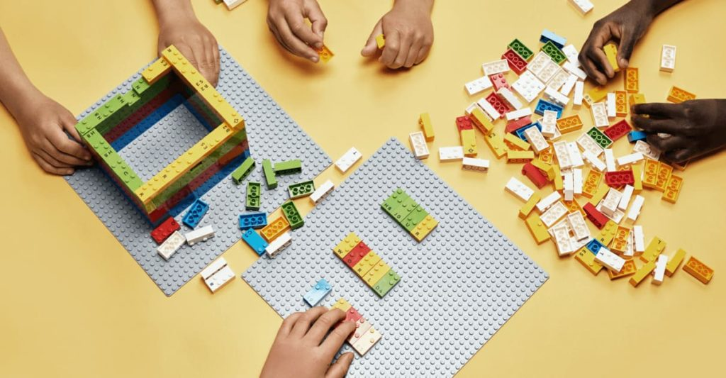 diversi mattoncini lego braille del box bricks