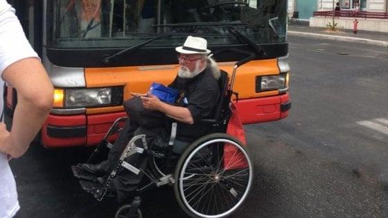 prete con disabilità blocca autobus atac senza pedana