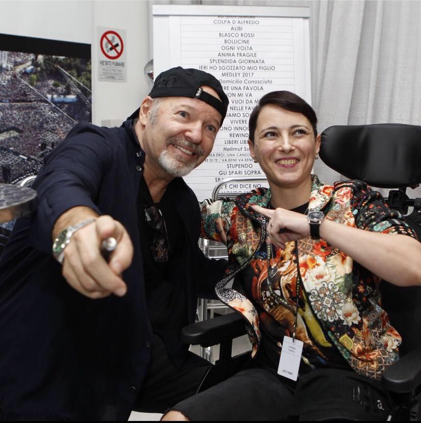 Simona Ciappei con Vasco Rossi intervista ability channel disabili al concerto