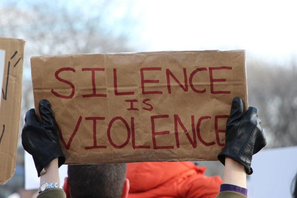 cartello riguardante la violenza sulle donne disabili