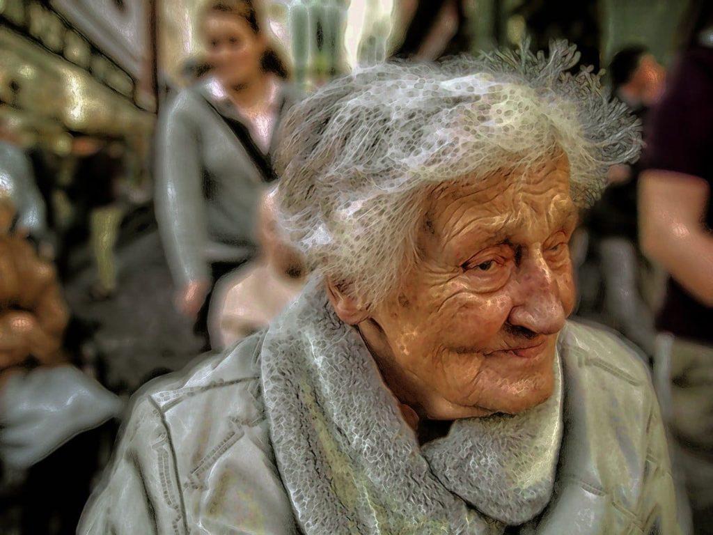 signora anziana con alzheimer e demenza