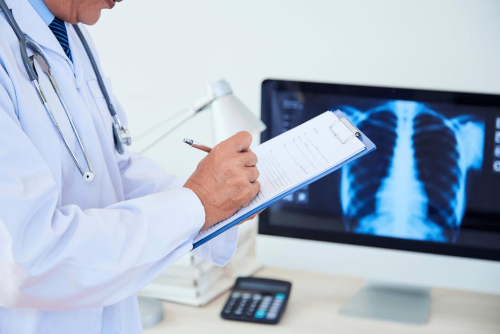 medico controlla mononucleosi sintomi