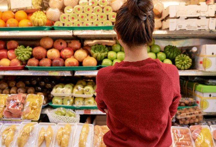 donna fa la spesa durante coronavirus italia