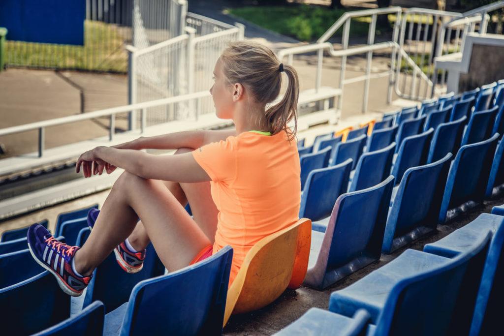 atleta guarda pista dagli spalti