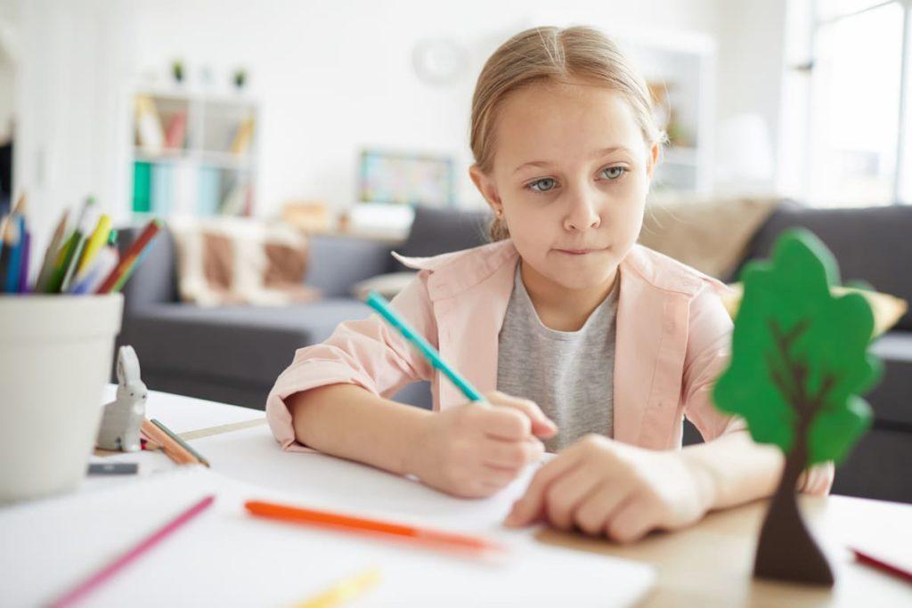 bambina con DSA fa i compiti