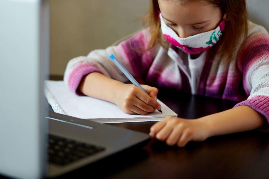 bambina studia durante Coronavirus