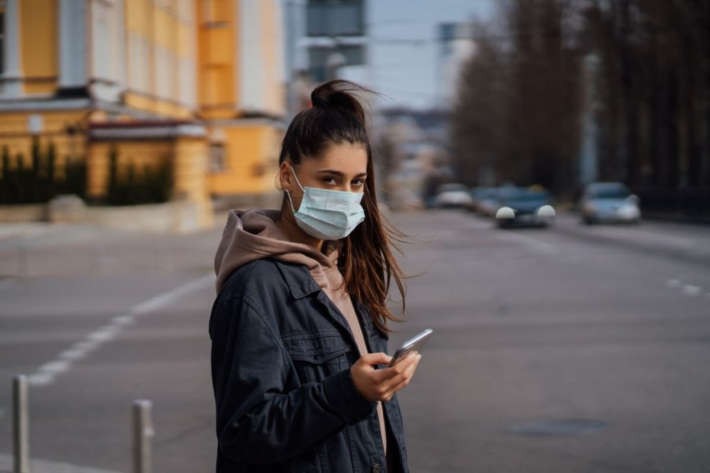 donna indossa mascherina contro Coronavirus