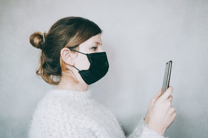 donna legge coronavirus fake news