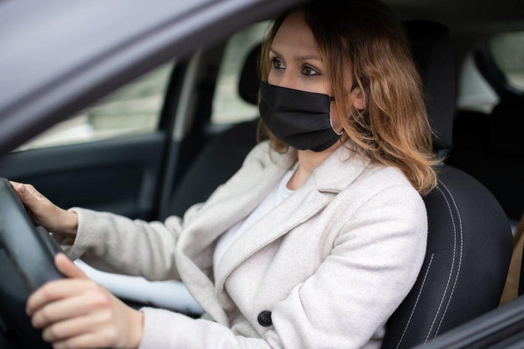 donna si sposta in macchina durante fase 2 coronavirus