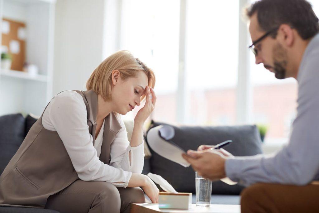 donna stressata da uno psicologico