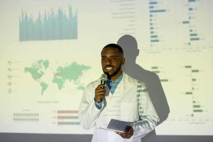 dottore spiega ricerca su coronavirus