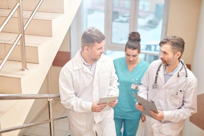 medici discutono sul coronavirus