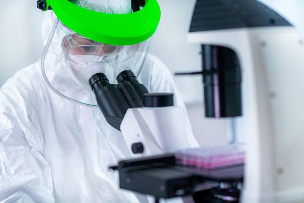 ricercatore cerca vaccino contro coronavirus