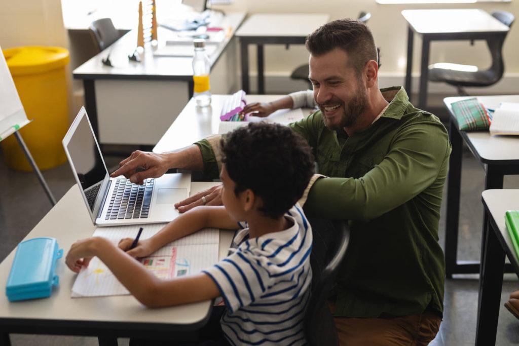 studente con DSA aiutato da un insegnante