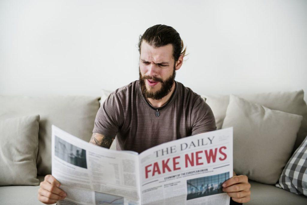 uomo legge coronavirus fake news