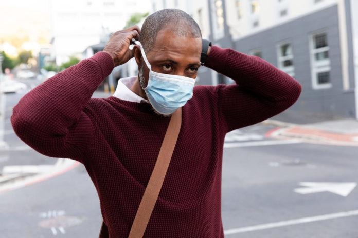 uomo si prepara a coronavirus fase 3