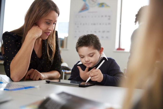 docente di sostegno con studente disabile