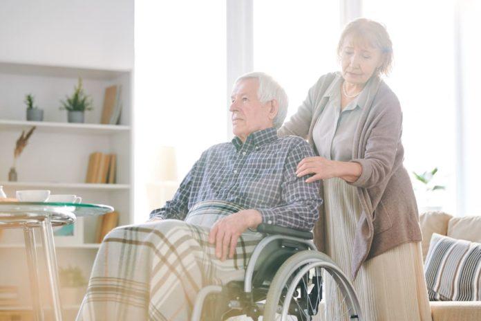 donna assiste disabile grazie ai permessi legge 104