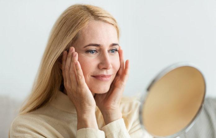 donna controlla se c'è psoriasi sul cuoio capelluto