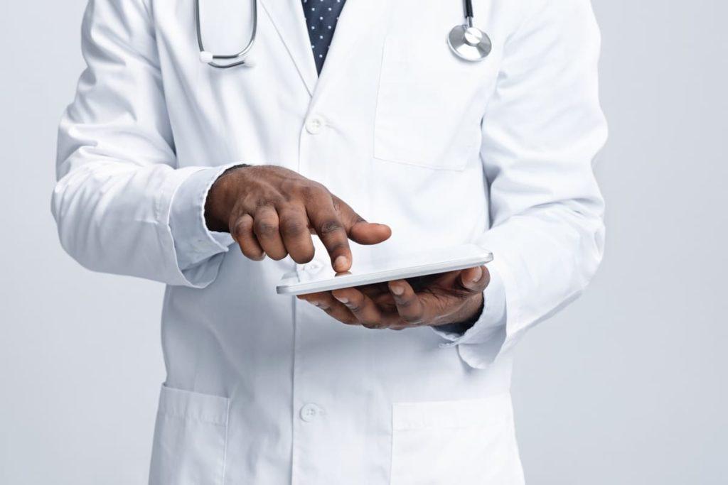 dottore con tablet