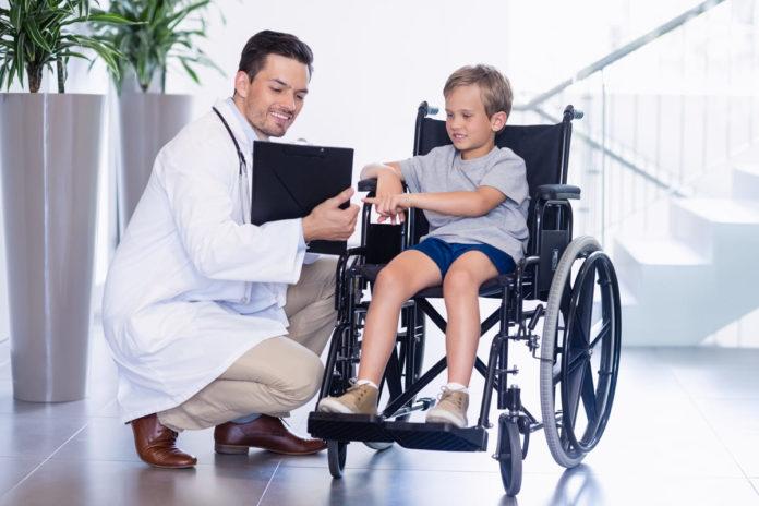 dottore illustra nuova terapia genica per sma a bambino