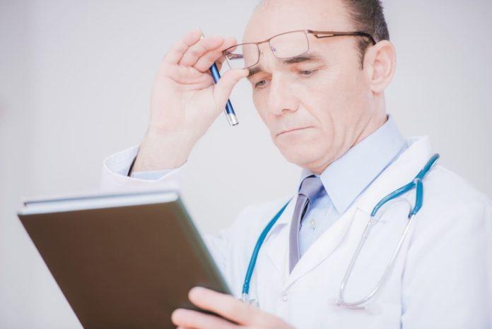 dottore osserva elenco malattie rare