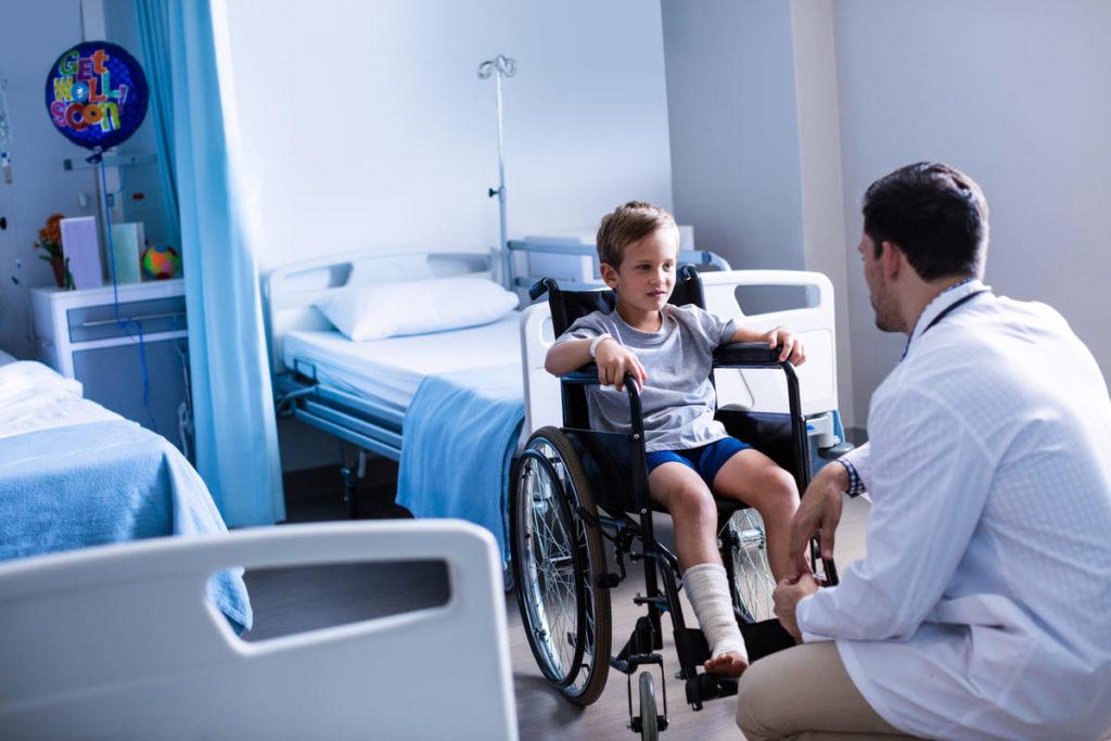 dottore parla con bambino affetto da SMA
