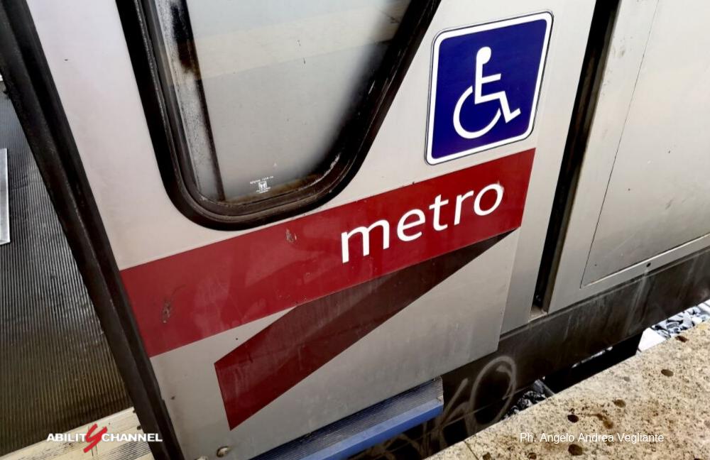 simbolo di trasporto disabili roma sulla metro