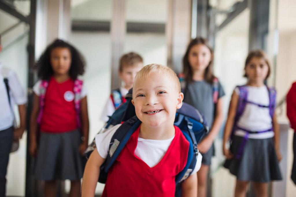 studente con sindrome di down durante apertura scuola