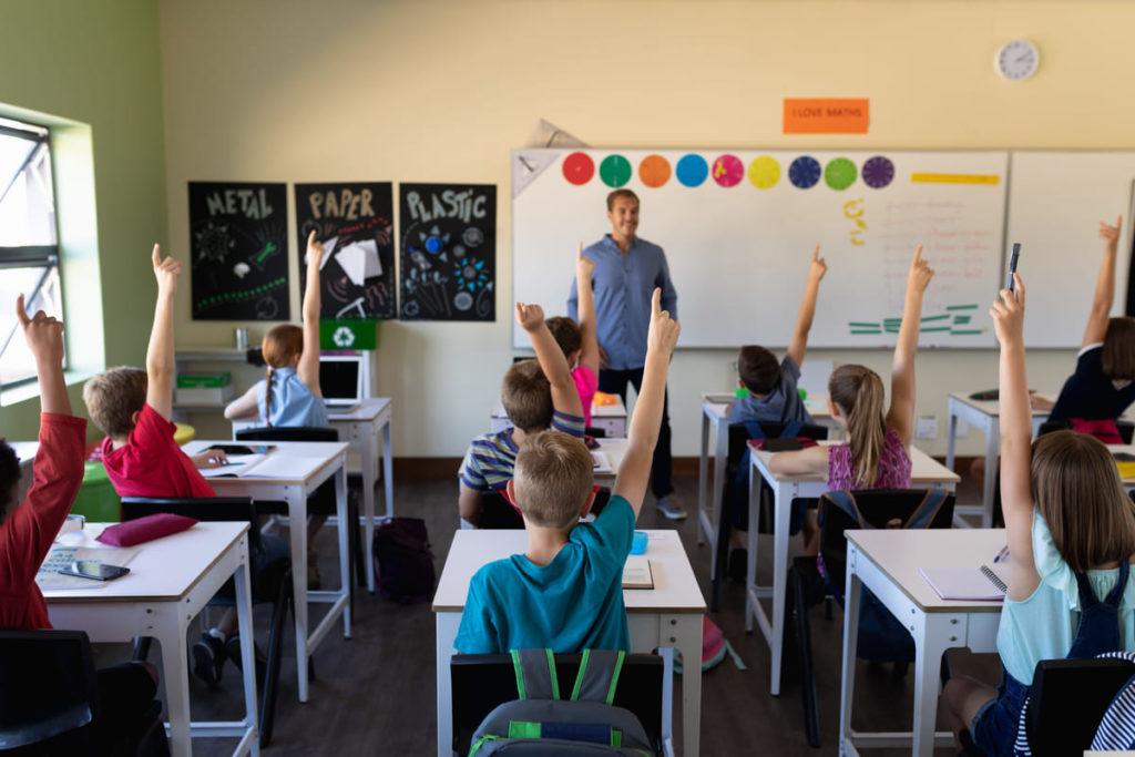 studenti in classe dopo apertura scuola