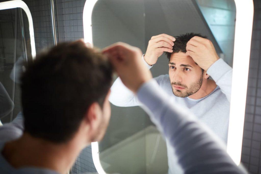uomo guarda capelli