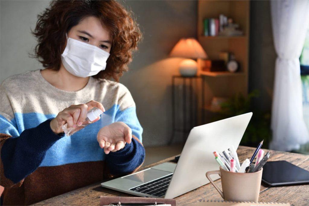 donna cerca informazioni seconda ondata coronavirus