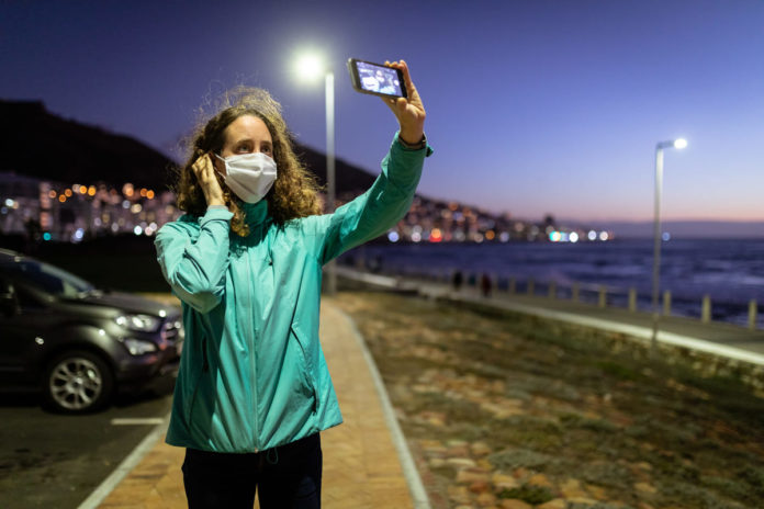 donna con mascherina si fa un selfie