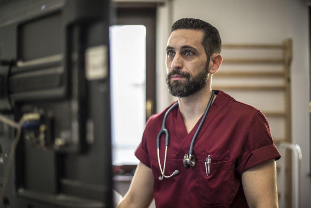 dottore studia cause fuoco di sant'antonio