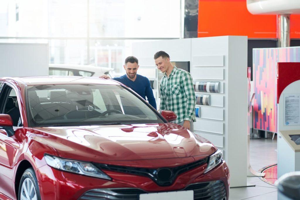 due persone guardano auto da acquistare con agevolazione 4%