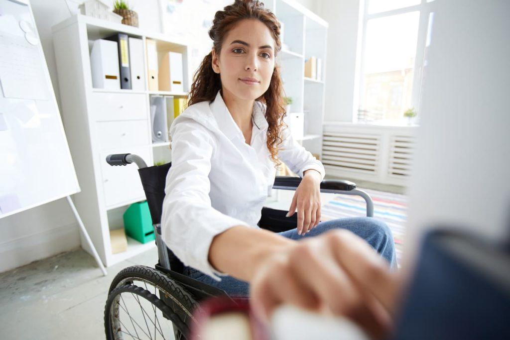 lavoratrice con disabilità prende un libro