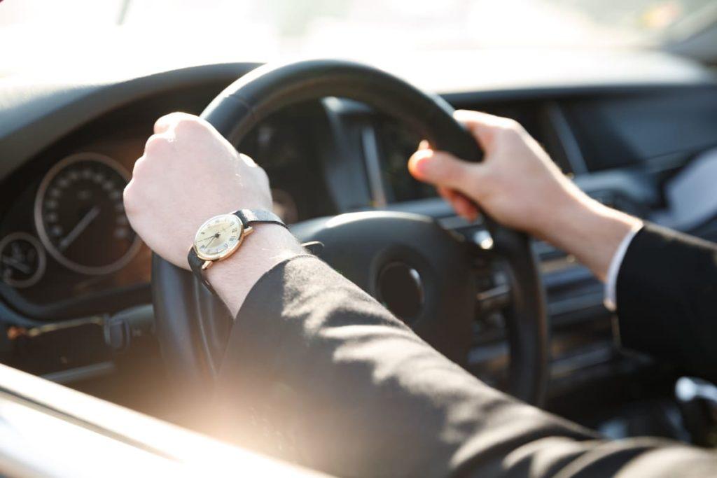 mani sul volante di una vettura
