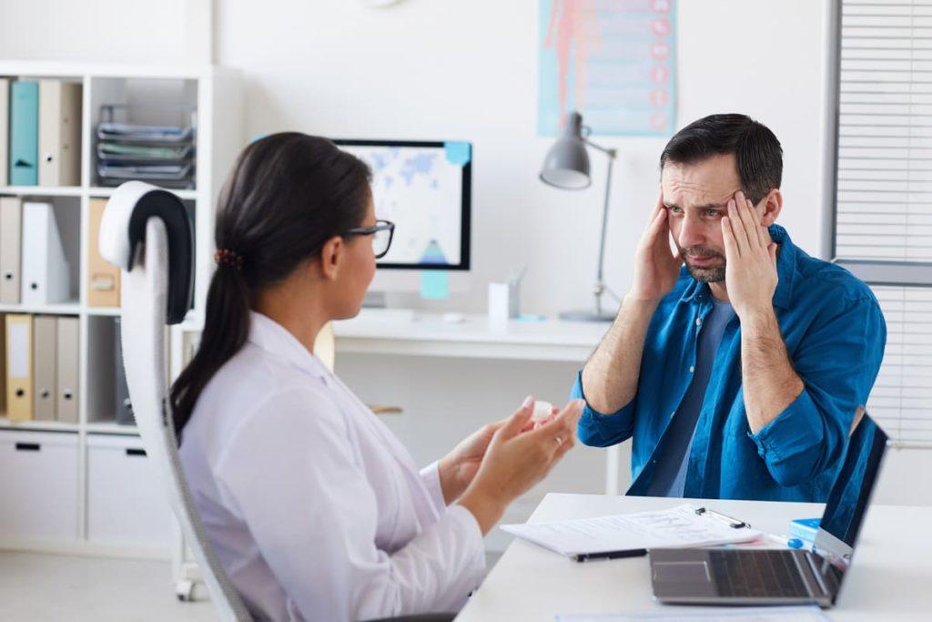 dottore e paziente con cefalea cronica