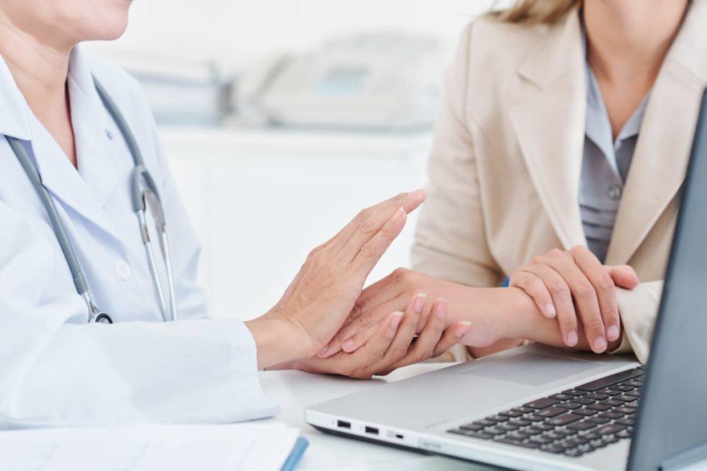 dottore rassicura paziente con favismo