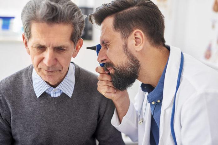 medico controlla paziente con Sindrome di Ménière