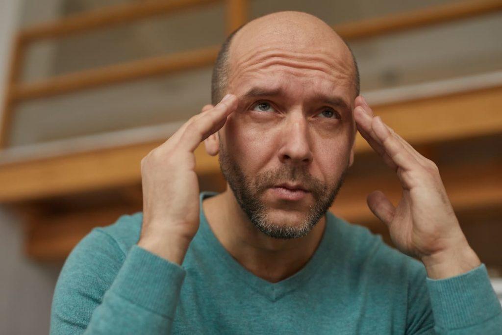 uomo con cefalea cronica