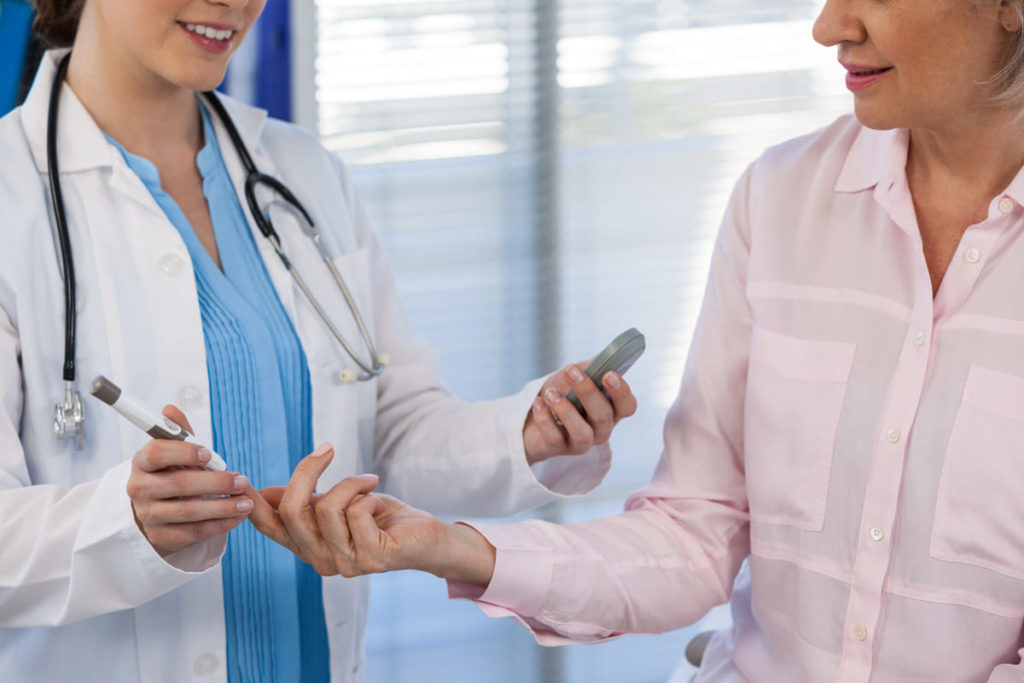 medico e paziente con glucosio