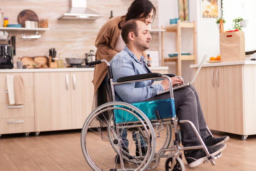 persone cercano informazioni invalidità civile accompagnamento