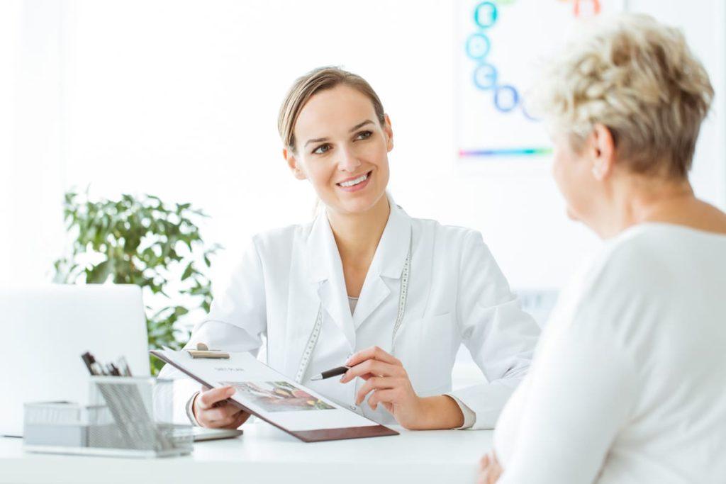 medico dà informazioni su glucosio e diabete